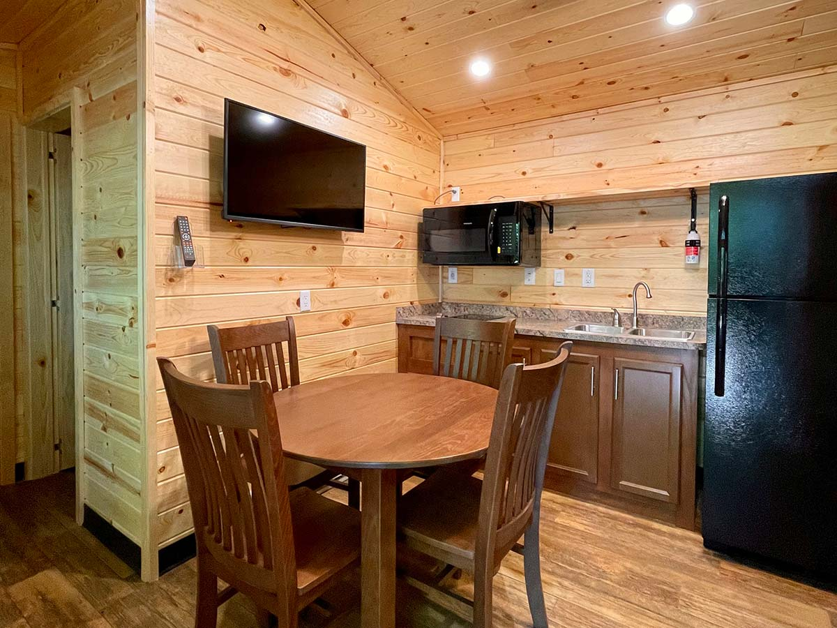 Deluxe Cabin kitchen and dining area