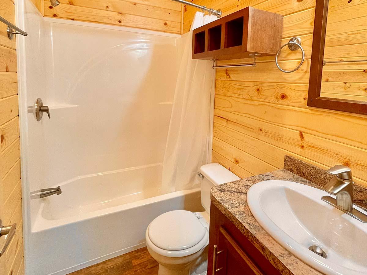 Deluxe Cabin full bathroom